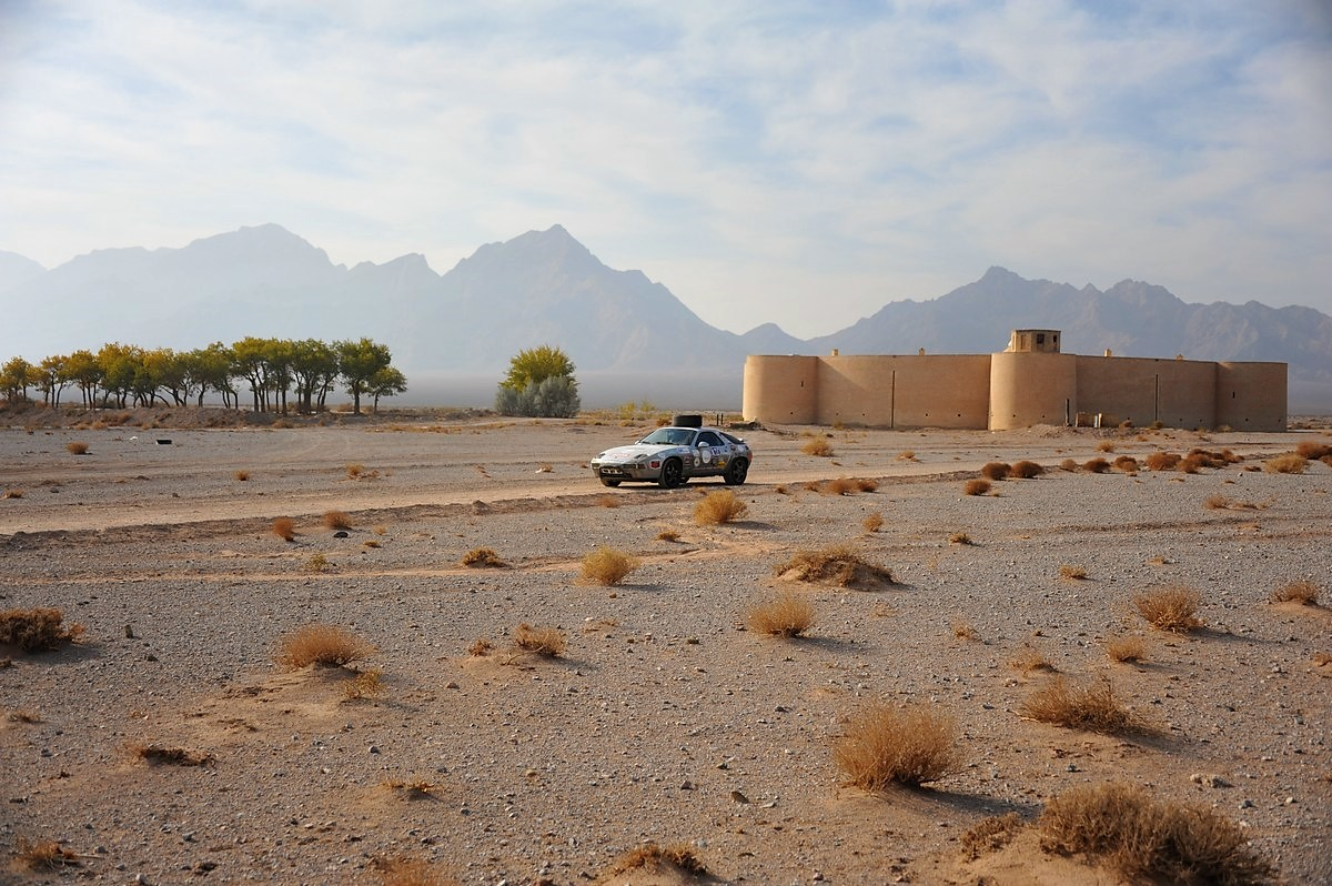 Porsche 928 Expedition Iran Caravansérail Zein-o-din